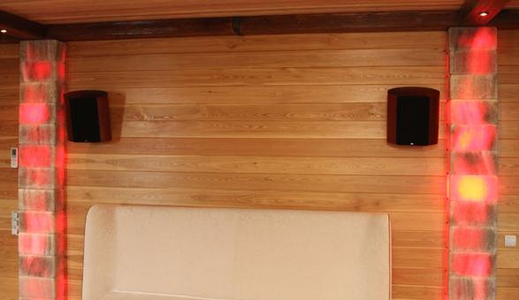 Столбы с подсветкой из соляных блоков в комнате отдыха после сауны.