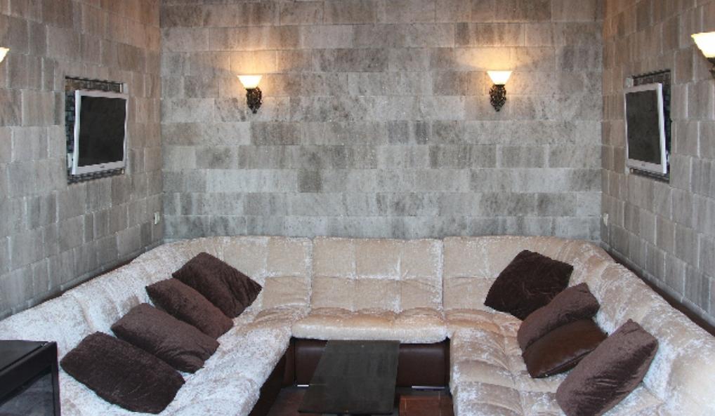 Отделка стен плиткой из соли в комнате отдыха.